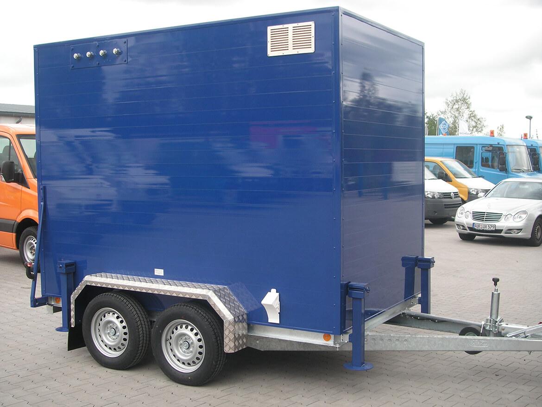 Alukofferanhänger als Tandemanhäger mit großer Tür auf der Rückseite für mobile Gas Druckregel und Messanlagen (GDRM Anlagen) (1)