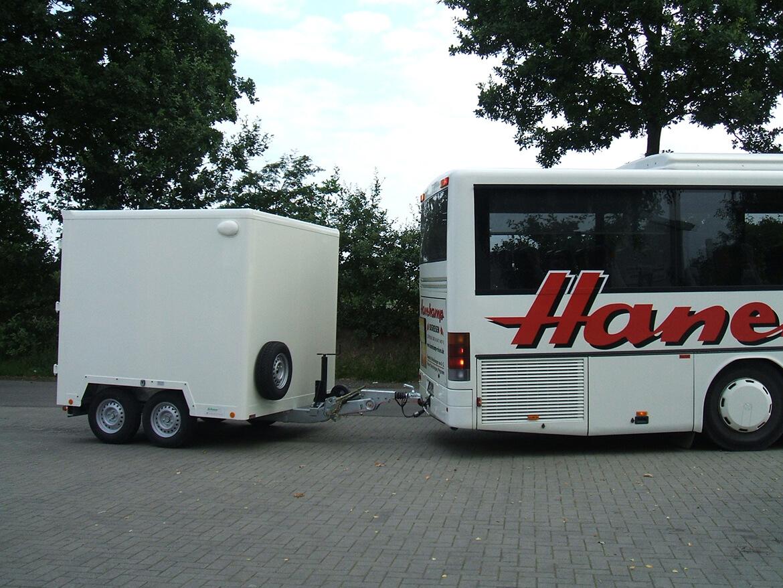 Bus Anhänger für den Transport von Koffern und Ski im 2 Kammersystem. Nordsee Inselausführung