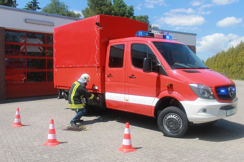 Feuerwehrfahrzeug, Gerätewagen (Gefahrgut) mit Schoon Pritsche, Ladebordwand, Blaulicht, Martinshorn (2)