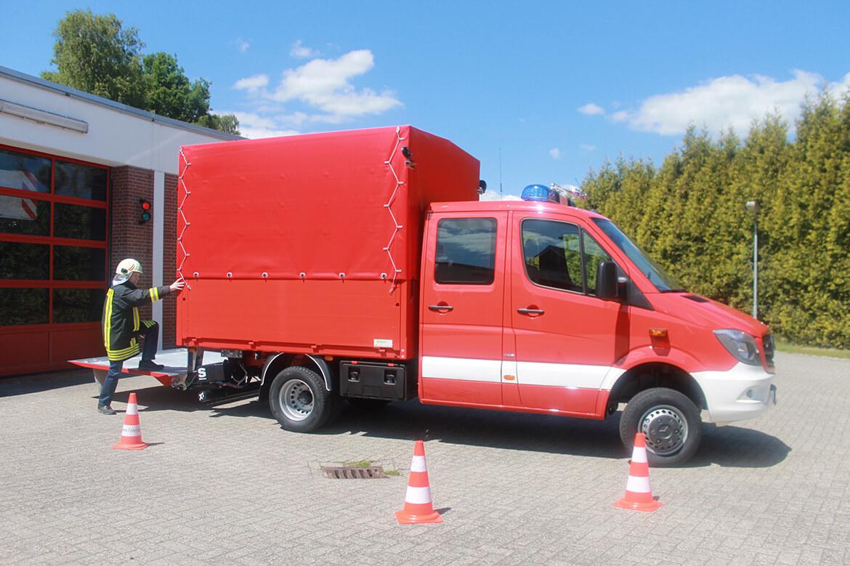 Feuerwehrfahrzeug, Gerätewagen (Gefahrgut) mit Schoon Pritsche, Ladebordwand, Blaulicht, Martinshorn (3)