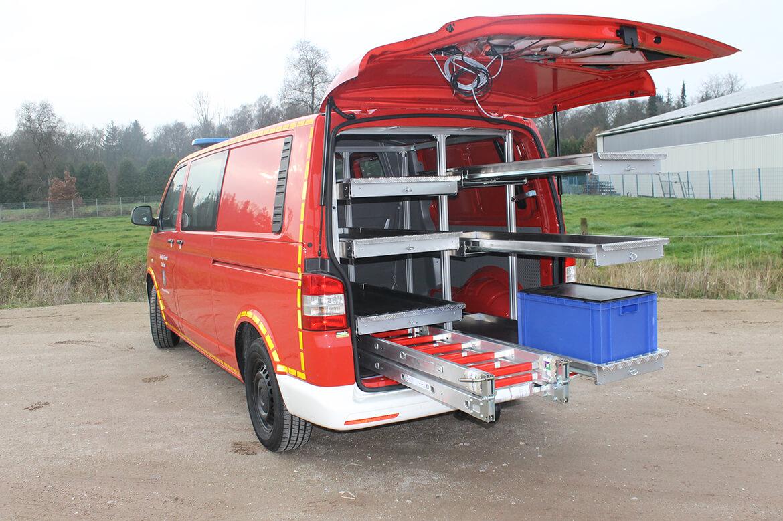 Feuerwehrfahrzeug als Kastenwagen mit Auszügen für Geräte, Leiter u.v.m.