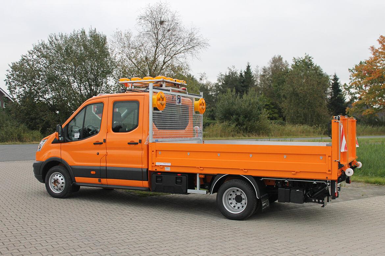 Ford Transit mit faltbarer Ladebordwand für Pritschen, Blinkpfeilanlage, Stirnwandgitter, Blitzleuchten, Kunststoffboxen