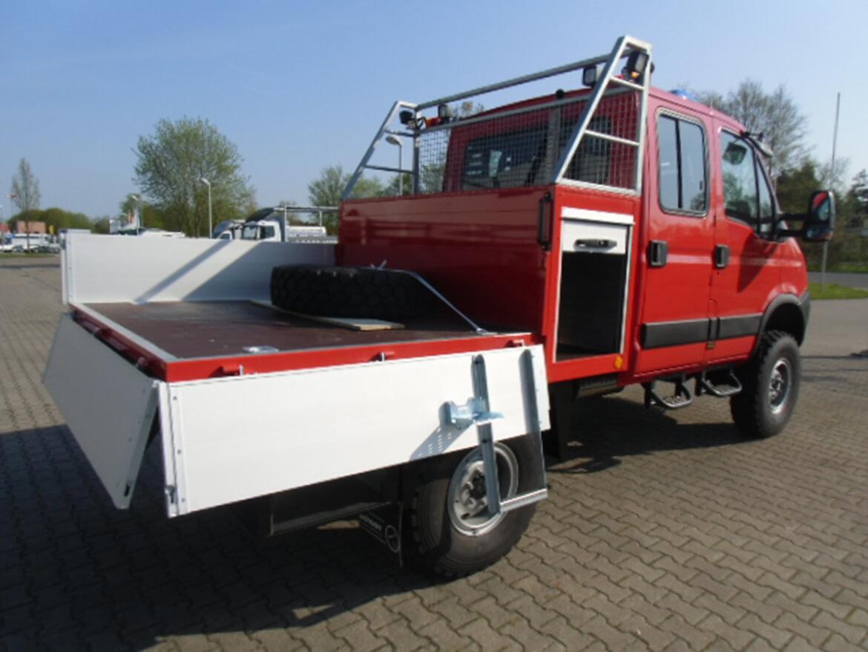 Geländegängiges ALLRAD Fahrzeug mit Schoon Werkzeug und Gerätekasten mit Auszug (1)