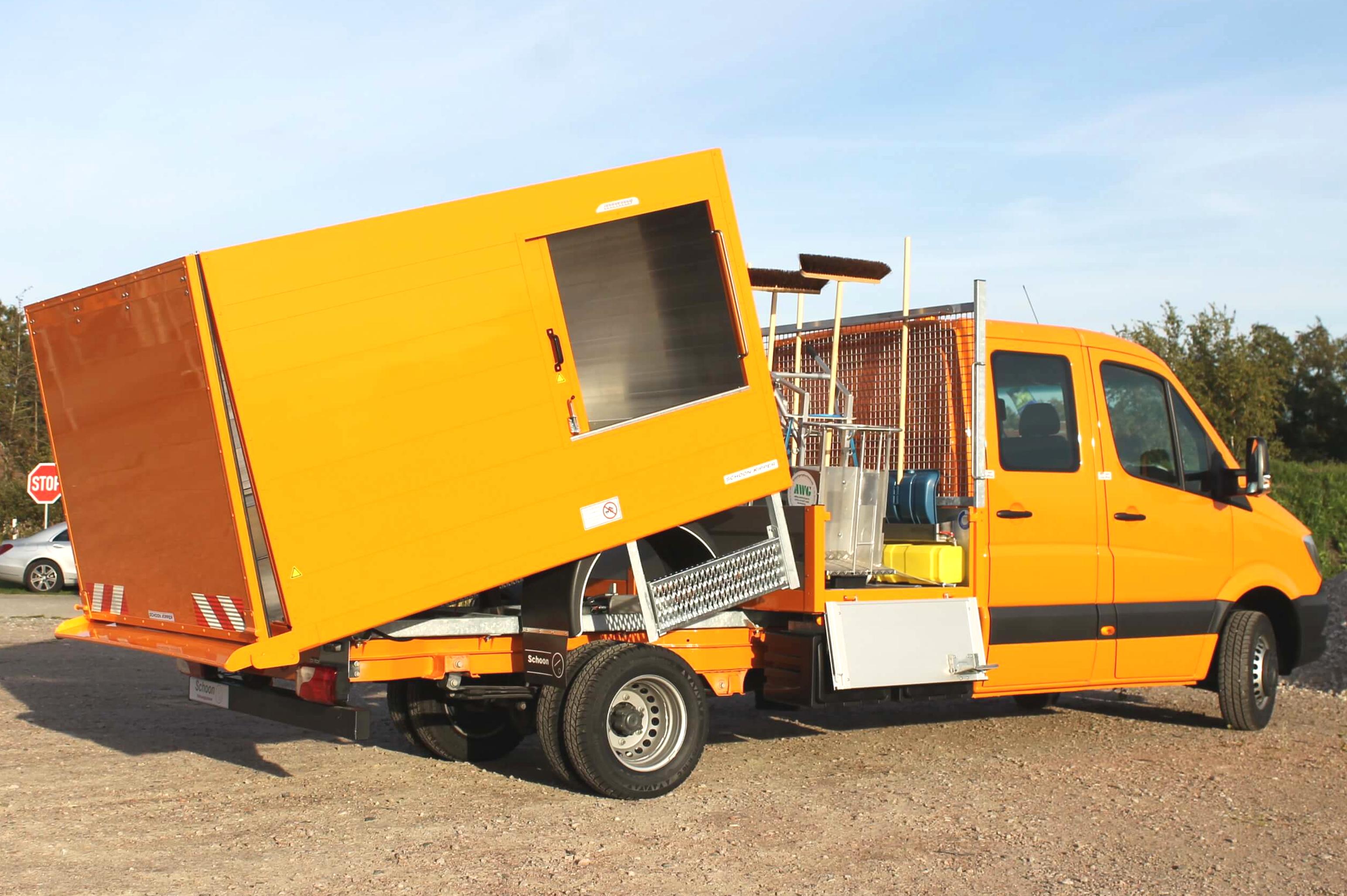 MB Sprinter mit Schoon DUO Müllsammler Kipper mit Bordwanderhöhung und Heckklappe sowie Pritsche mit Stirnwandgitter und Gerätehalter