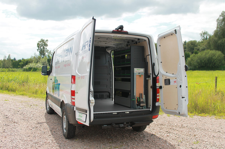 Montageservice Fahrzeug mit Schoon Fahrzeugeinrichtung, Beschriftung, Schraubstock
