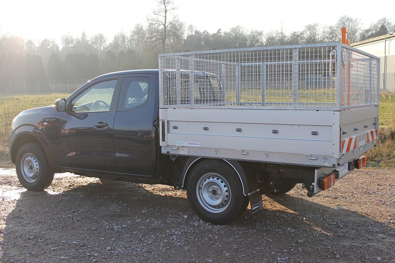 Nissan Navara King Cab mit Schoon Pritsche, Laubgitteraufsatz und FSK Kran