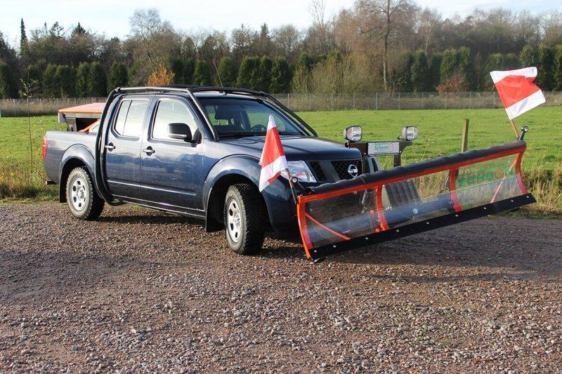 Nissan Navara Mit Schoon Winterdienst, Schneeschild, Warnflaggen In Rot Weiß Mit Biegsamen Stab Und Haltersatz, Streugutbehälter