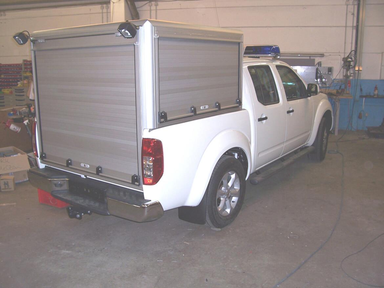 PickUp mit Schoon Aluminiumkofferaufbau mit Aluminiumrollos, Blaulichtanlage, Heckblitzer am Dach, Arbeitsscheinwerfer