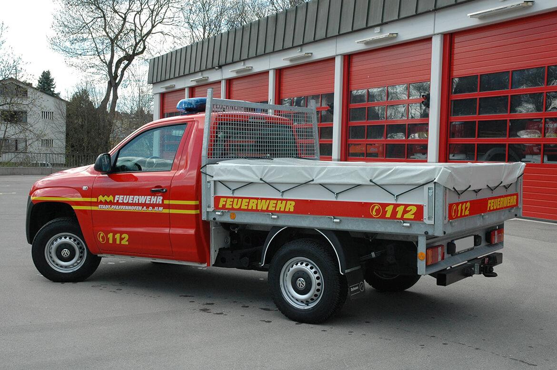 Pickup als Feuerwehrfahrzeug mit Schoon Pritsche, Abdeckplane, Stirnwandgitter, Blitzbalken