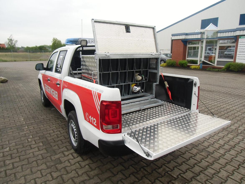 Pickup mit ALU Riffelblechverkleidung und Aluminium Quintett Kiste für Atemluftflaschen