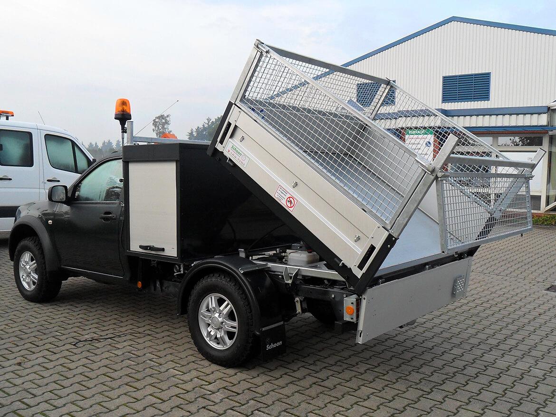 Pickup mit Schoon Kipper, Laubgitteraufsatz, Werkzeug und Gerätekasten, Rundumkennleuchten