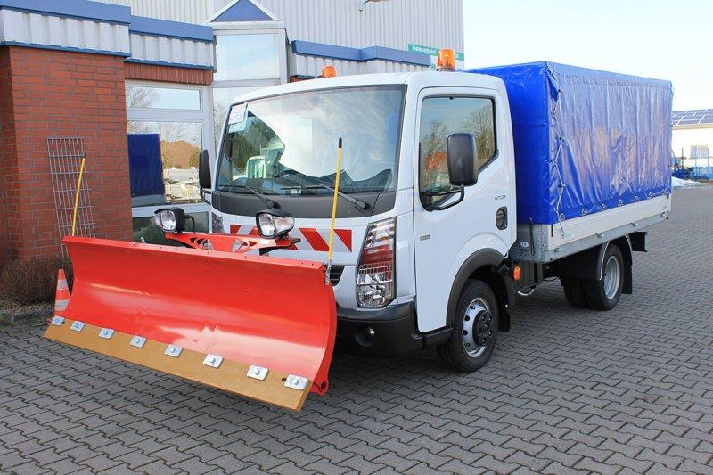 Renault Truck Maxity Mit Schoon Winterdienst, Schneeschild Und Streuer Auf Der Ladefläche Im Planen Aufbau