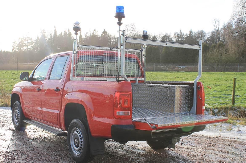 Rettungsfahrzeug mit Seilwinde, Laderaumverkleidung, Anhängekupplung, Scheinwerfer, Stirnwandgitter, Heckauflagegestell