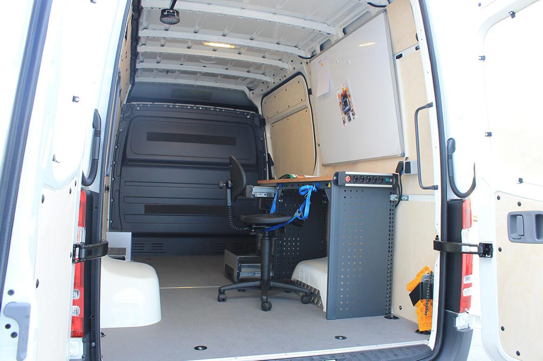 Schoon Fahrzeugeinrichtung mit Schreibtisch, Stuhl, Magnettafel, Strom
