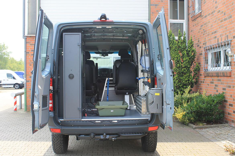 Schoon Jägerfahrzeug mit Regale, Hundegitter, Waschbecken, Wasserkanister, Rampen, Sitzsysteme, Seilwinde (1)