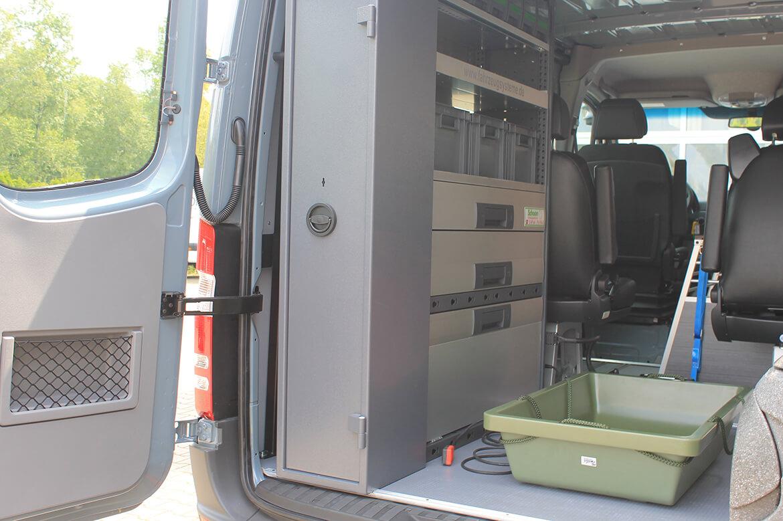 Schoon Jägerfahrzeug mit Regale, Hundegitter, Waschbecken, Wasserkanister, Rampen, Sitzsysteme, Seilwinde (4)