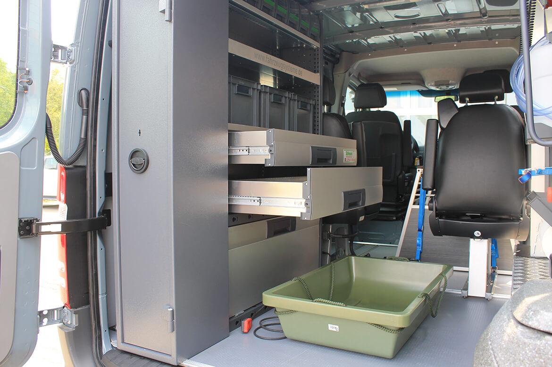 Schoon Jägerfahrzeug mit Regale, Hundegitter, Waschbecken, Wasserkanister, Rampen, Sitzsysteme, Seilwinde (6)