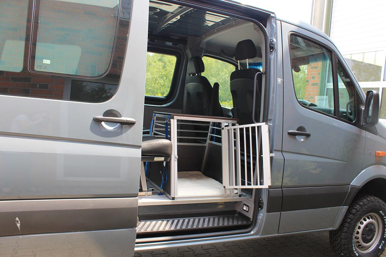 Schoon Jägerfahrzeug mit Regale, Hundegitter, Waschbecken, Wasserkanister, Rampen, Sitzsysteme, Seilwinde (7)