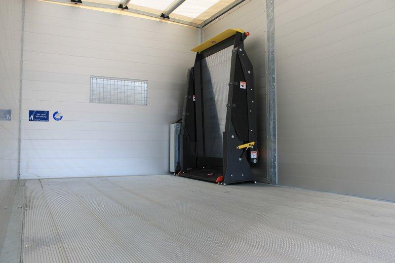 Schoon Kipper Mit Linearlift Hinter Der Seitentür (2)