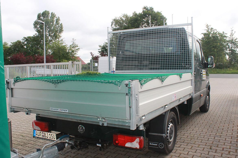 Schoon Kipper mit Netzhaken und Ladungsnetz zur Ladungssicherung