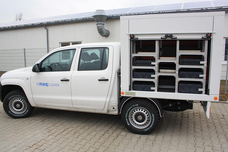 Schoon Kofferaufbau mit seitlichen Rollos und Heckrollo sowie Inneneinrichtung mit Staufächern und Schubladen für die Energiewirtschaft