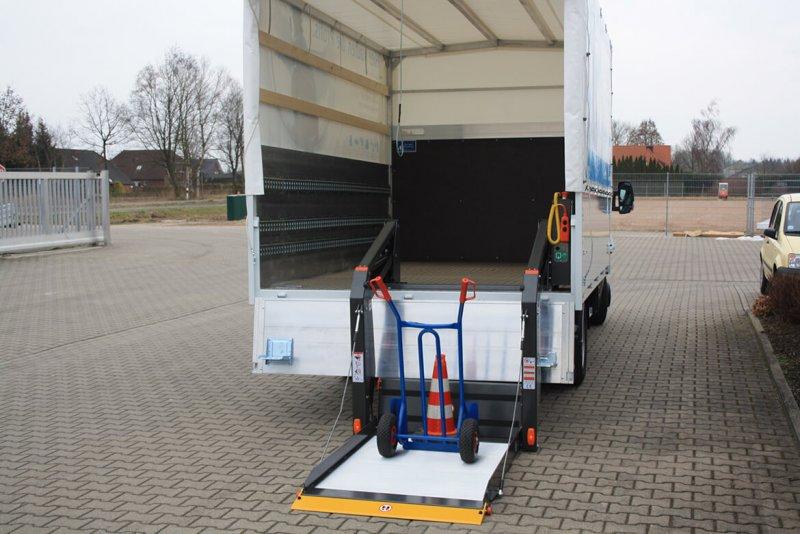 Schoon Pritsche Mit Plane Spriegel Und Linearlift (2)