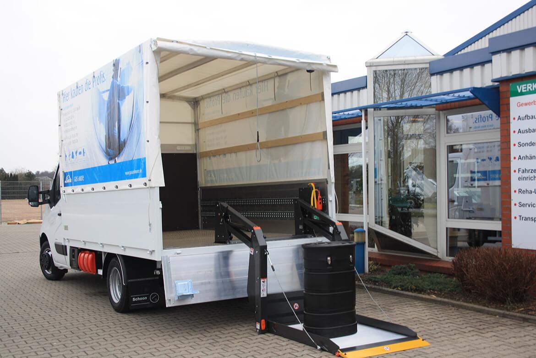 Schoon Pritsche mit Plane Spriegel und Linearlift für Fachhändler