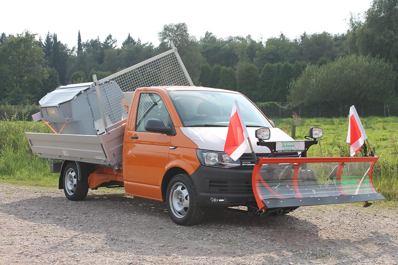 Schoon Winterdinstfahrzeug mit Schoon Kipper, Schneeschild und Streuer