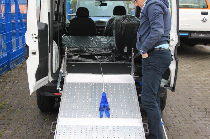 Seilwinde Im Fahrzeug Als Zusätzliche Unterstützung Zum Hineinfahren Des Rollstuhlfahrers (2)