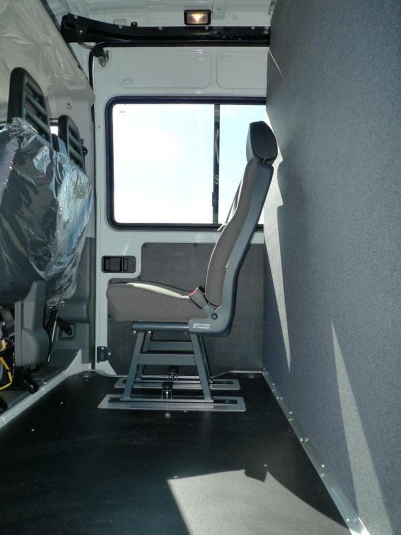 Stoffbezogene Trennwände Im Anthrazit Farbigen Filz Auf Seite Der Fahrerkabine (1)