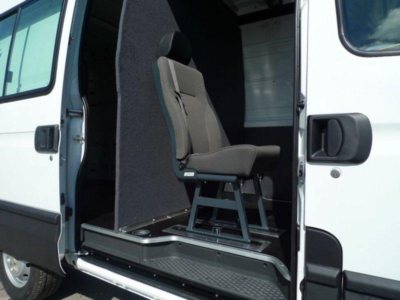 Stoffbezogene Trennwände Im Anthrazit Farbigen Filz Auf Seite Der Fahrerkabine (2)