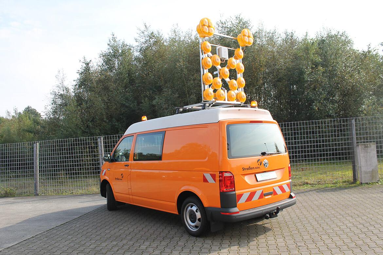 Transporter Kastenwagen mit Schoon Blinkpfeilanlage, Rundumkennleuchten und Seitenwandverkleidung (1)