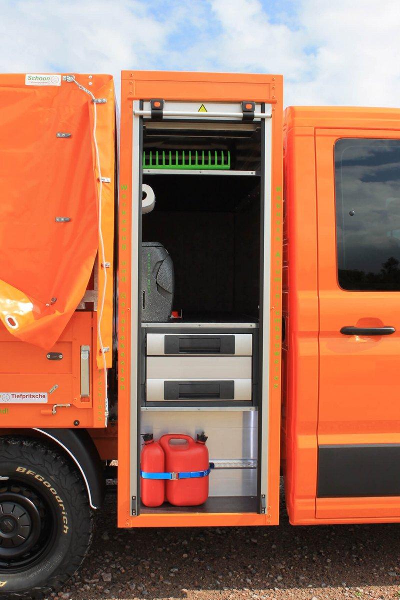 VW Crafter mit Schoon Pritsche, Planen Aufbau, Werkzeug und Gerätekasten, FSK Kran, Waschbecken, Schraubstock (17)