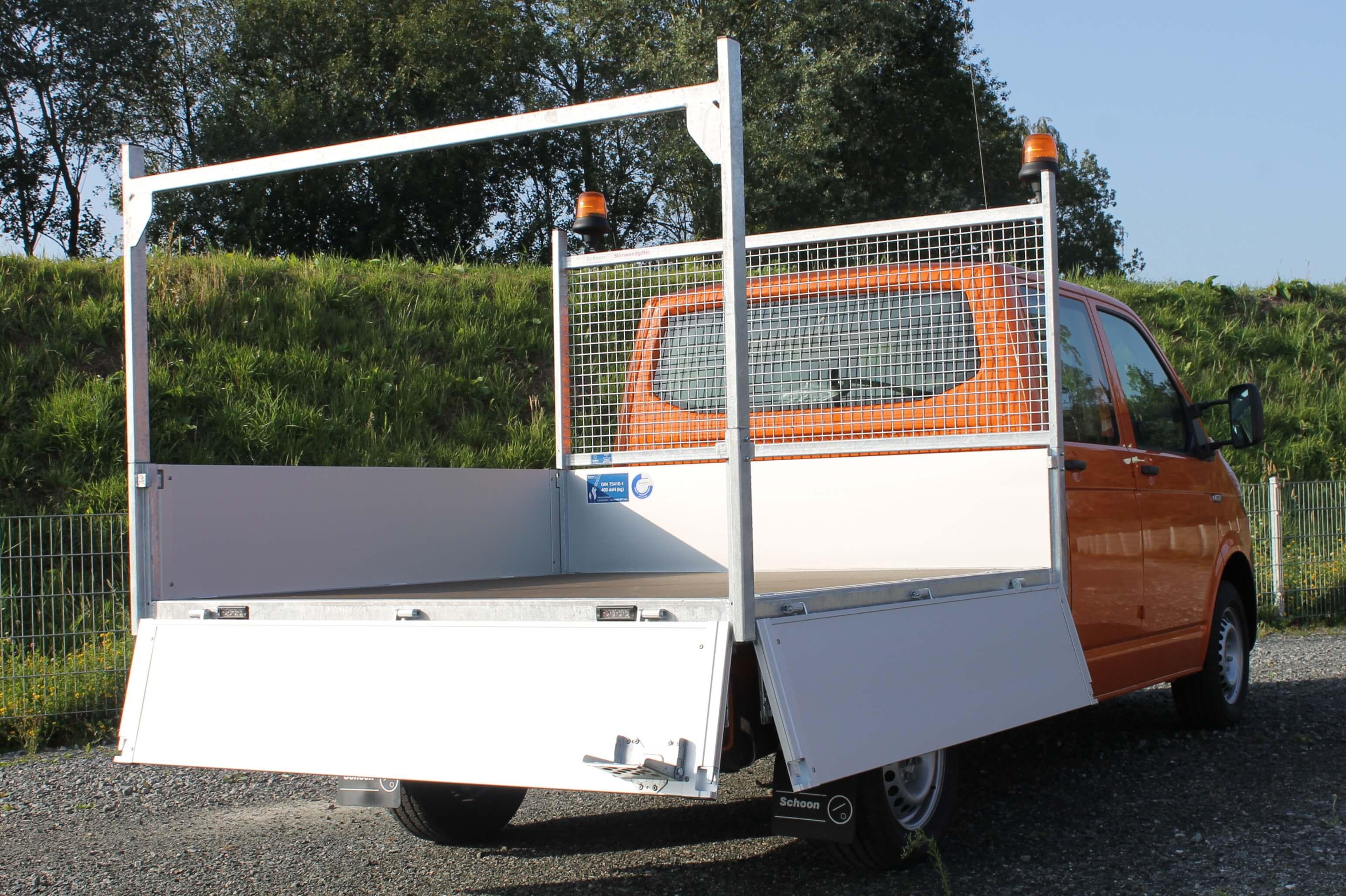 VW T6 mit Schoon Mittelhochpritsche, Stirnwandgitter, Heckauflagegestell, Rundumkennleuchte, Werkzeugbox