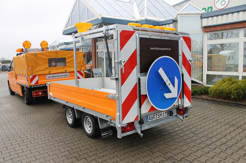 Verkehrsleit Anhänger für Straßenbau mit FSK Kran, Absperranhänger, Verkehrsanhänger (1)