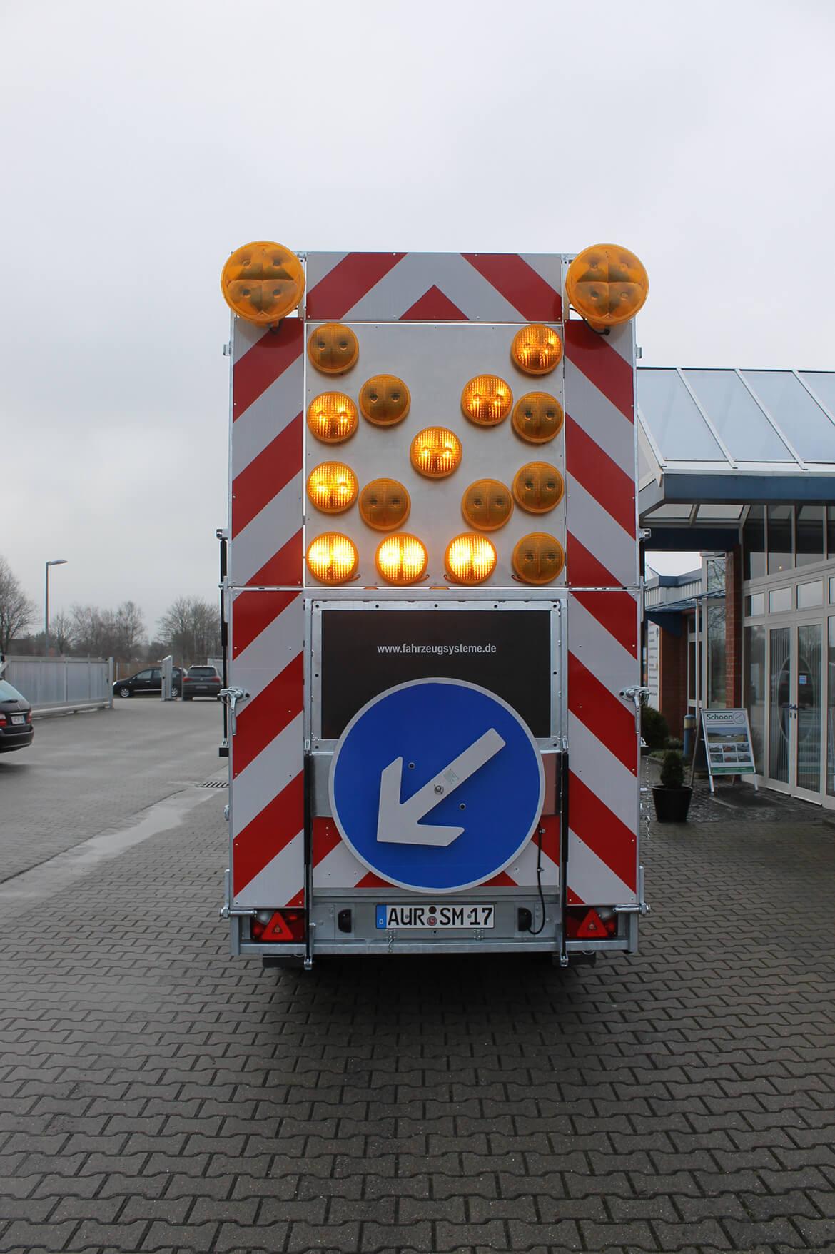 Verkehrsleit Anhänger für Straßenbau mit FSK Kran, Absperranhänger, Verkehrsanhänger (2)