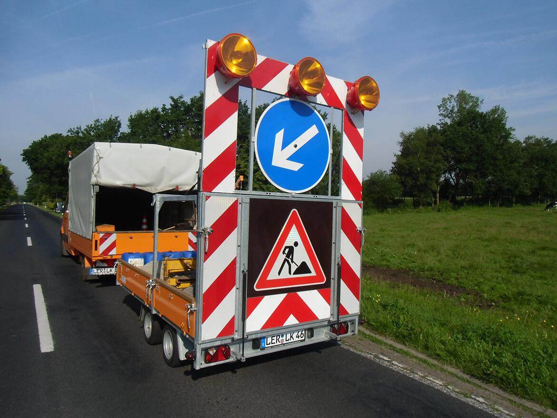 Verkehrsleit Anhänger für Straßenbau mit FSK Kran, Absperranhänger, Verkehrsanhänger (3)