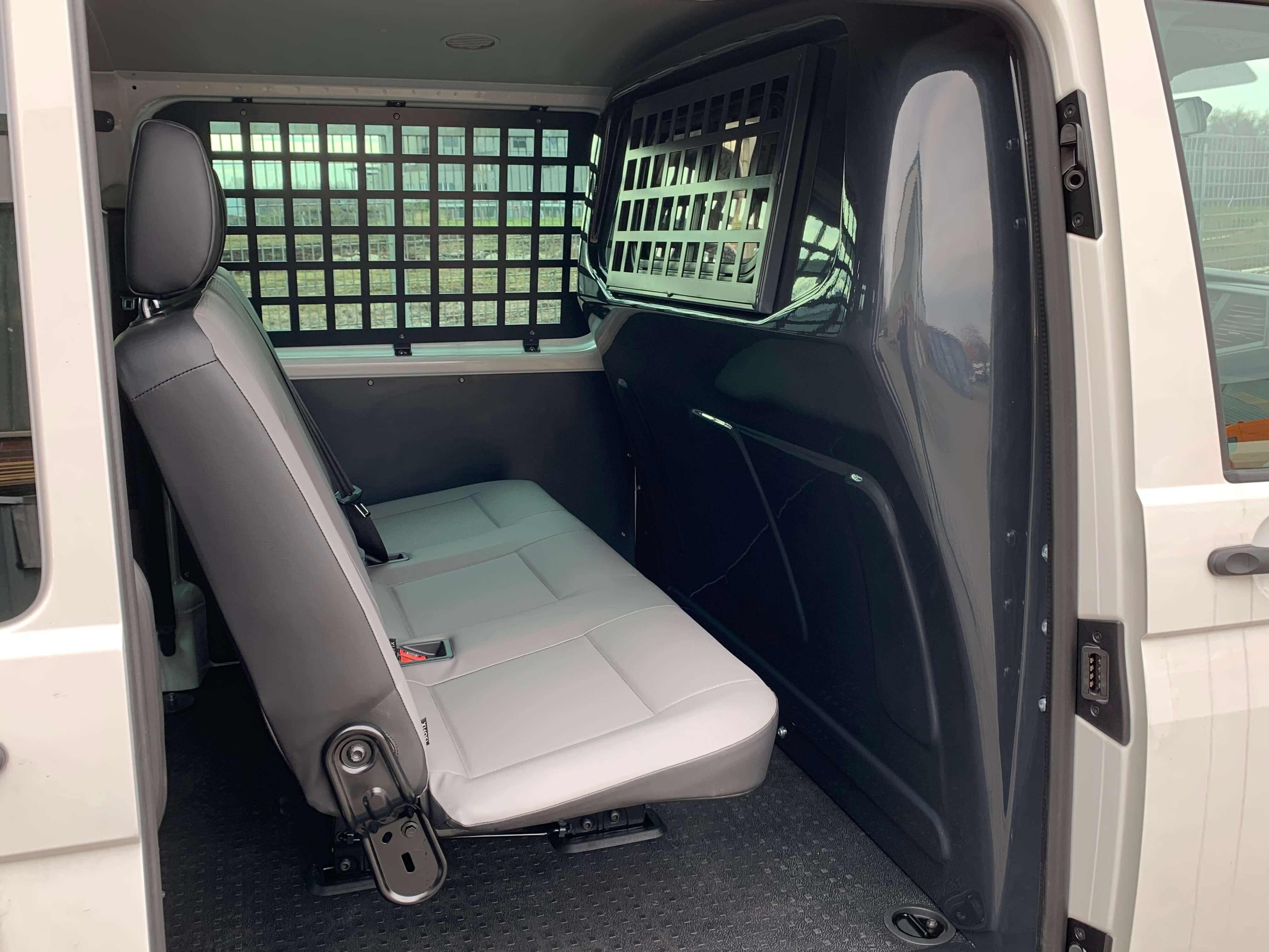 Volkswagen Transporter T6.1 Kombi mit Ausbau zum Gefangenentransporter (1)