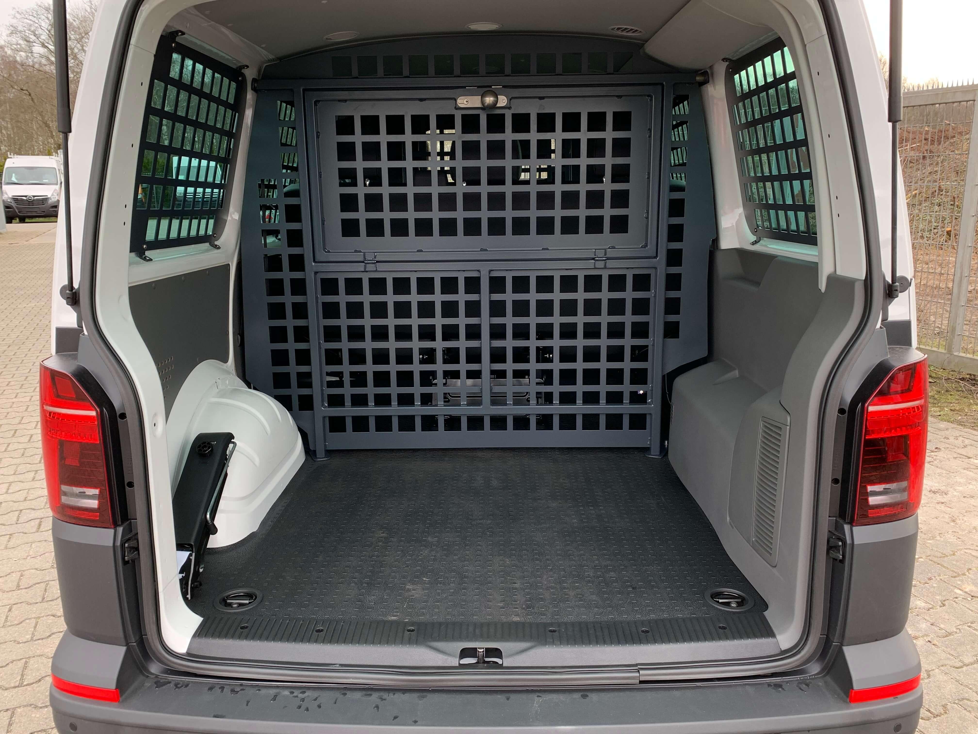Volkswagen Transporter T6.1 Kombi mit Ausbau zum Gefangenentransporter (2)
