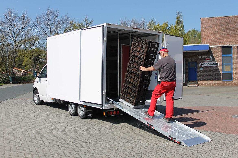 Volkswagen Transporter Zugkopf mit AL KO Chassis und Schoon Kofferaufbau mit einer Laderampe, Laderaumbeleuchtung und Systemgestänge für Bäckerei