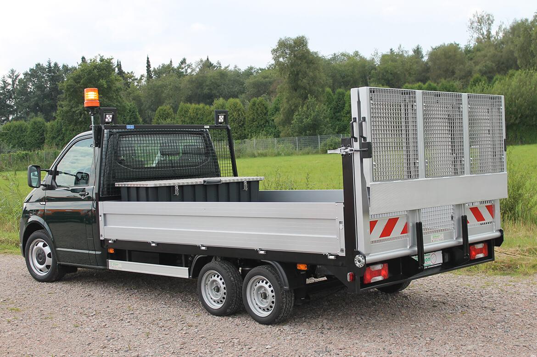 Volkswagen Transporter Zugkopf mit AL KO Chassis und Schoon Pritsche, Werkzeugkiste, Rampe, Stirnwandgitter, RKL, Arbeitsscheinwerfer, Universaltransporter Easy Load (1)