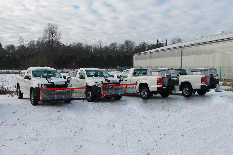 Winterdienstfahrzeuge mit Schoon Schneeschild und Streuer